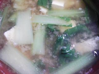本日の朝ご飯のおかずの写真 ハムエッグ、煮干し出汁の味噌汁など