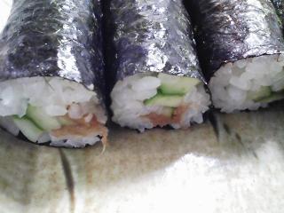 本日のお昼ご飯の写真 自家製かっぱ巻き、稲荷寿司、鶏肉の醤油付け焼き