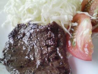 本日のお昼ご飯の写真 黒毛和牛のもも肉のステーキ