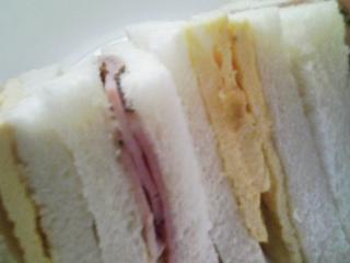 本日のお昼ご飯の写真 サンドイッチ、サラダ