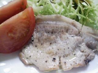 本日のお昼ご飯の写真 カニチャーハン(カニはあけぼの紅ずわいがにほぐし肉)、豚肉の塩胡椒焼きなど