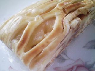 本日のお昼ご飯の写真 蒸かした北海道産ジャガイモ、菓子パン、豚肉の塩胡椒焼き