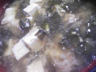 本日の朝ご飯のおかずの写真 あけぼのの牛肉のそぼろ、煮干し出汁の味噌汁など