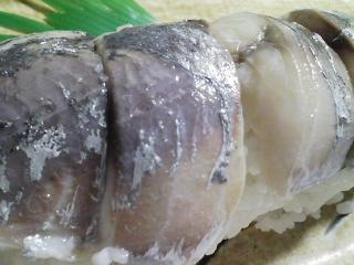 本日の晩ご飯のおかずの写真 神奈川の三崎産巨大真アジの自家製酢漬けの寿司、メジナ出汁の味噌汁など