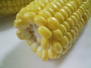 本日のお昼ご飯の写真 チャーハン、茹でたトウモロコシなど