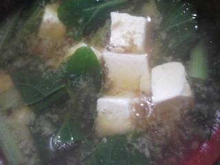 本日の朝ご飯のおかずの写真 神奈川の三崎産カマスの煮付け、煮干し出汁の味噌汁など