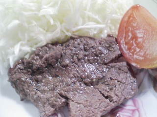 本日のお昼ご飯の写真 ピザパン、黒毛和牛のもも肉の塩胡椒焼き
