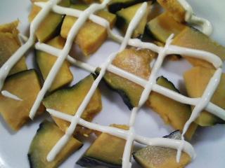 本日の朝ご飯のおかずの写真 神奈川の三崎産カマスの塩焼き、本マグロと煮干しの合わせ出汁の味噌汁など