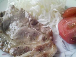 本日のお昼ご飯の写真 北海道士別市日の出食品さんのそば。北海道マルナカさんのそうめん、豚肉の塩胡椒焼き