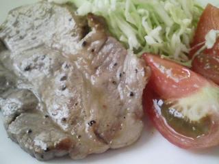 本日のお昼ご飯の写真 ピザパン、豚肉の塩胡椒焼き