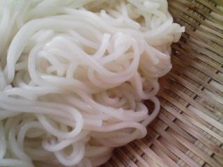 本日のお昼ご飯の写真 北海道マルナカさんのそうめん、士別日の出食品さんのそば、蒸した鶏肉など