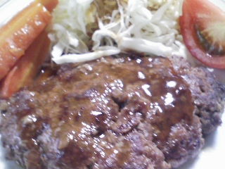 本日のお昼ご飯のおかずの写真 自家製ハンバーグ、北海道名寄産大豆を使ったスープ