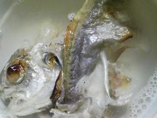 本日の晩ご飯のおかずの写真 神奈川の横須賀産エボ鯛の塩焼き、サラダなど