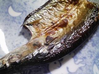 本日の朝ご飯のおかずの写真 北海道産サンマの開き、飛び魚と鰹節の合わせ出汁の味噌汁など