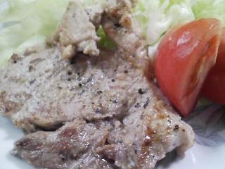 本日のお昼ご飯の写真 パン焼き器(ホームベーカリー)で自家製食パン(小麦は、岩手の南部地粉)、豚肉の塩胡椒焼き