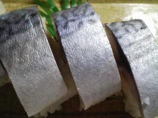 本日の晩ご飯の写真 市販のしめ鯖を使ったしめ鯖寿司、蒸し野菜サラダなど