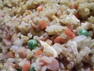 本日のお昼ご飯の写真 カレーチャーハン、人参のスープ