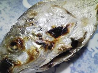 本日の朝ご飯のおかずの写真 神奈川の三浦産エボ鯛の塩焼き、煮干し出汁の味噌汁など