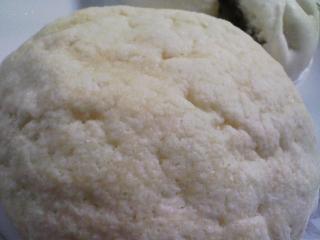 本日のお昼ご飯の写真 ヤマザキのメロンパン、茹でたトウモロコシなど