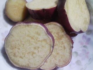 本日の朝ご飯のおかずの写真 肉入りオムレツ、煮干し出汁の味噌汁など