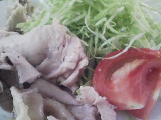 本日のお昼ご飯の写真 北海道風連の米沢製麺さんのうどん、蒸した鶏肉など