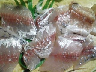 本日の晩ご飯のおかずの写真 奄美大島産本マグロのカマの刺身、神奈川の三浦産真アジの刺身、愛知産アサリの味噌汁など