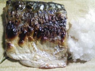 本日の晩ご飯のおかずの写真 青森産真サバの塩焼き、自家製香の物など