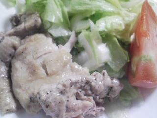 本日のお昼ご飯の写真 おにぎり、蒸した鶏肉