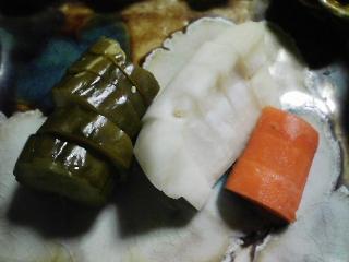 本日の晩ご飯のおかずの写真 宮城産カツオの刺身、大根の葉の炒め物など