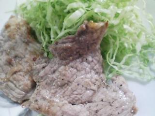 本日のお昼ご飯のおかずの写真 豚肉の塩胡椒焼き、真サバ出汁の味噌汁など