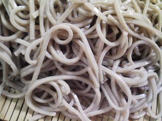 本日のお昼ご飯の写真 北海道士別市日の出食品さんのうどん、北海道藤原製麺さんの江丹別そばなど