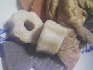 本日の朝ご飯のおかずの写真 生卵、煮干し出汁の味噌汁など