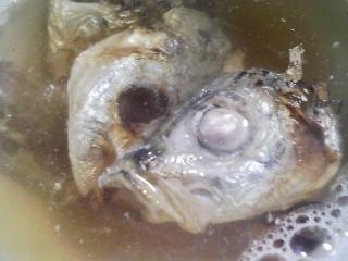 本日の朝ご飯のおかずの写真 鳥取産アジの開き、煮干し出汁の味噌汁など