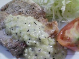本日のお昼ご飯のおかずの写真 豚肉の塩胡椒焼きキウイソースかけ、紫芋のスープ