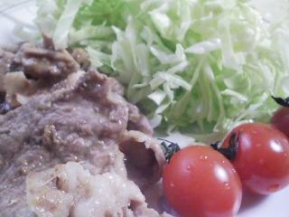 本日のお昼ご飯のおかずの写真 豚肉のショウガ焼き、パンダ豆のスープ
