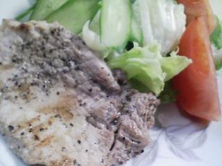 本日のお昼ご飯のおかずの写真 豚肉の塩胡椒焼き、先日のひよこ豆のスープの残りなど