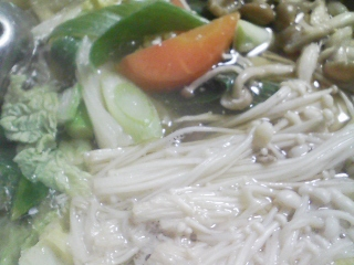 本日の晩ご飯のおかずの写真 神奈川の三崎産真アジの刺身、アジ出汁の野菜鍋など