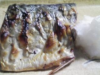 本日の晩ご飯のおかずの写真 宮城産真サバの塩焼き、三浦大根の葉の炒め物など