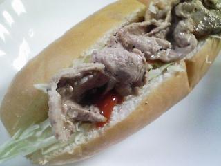 本日のお昼ご飯の写真 豚肉の塩胡椒焼きのホットドッグなど