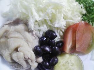 本日のお昼ご飯の写真 おにぎり(おもてなし風)、蒸した鶏肉