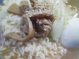 本日のお昼ご飯の写真 サンヨー サッポロ一番味噌ラーメン、豚ロース肉の塩胡椒焼き