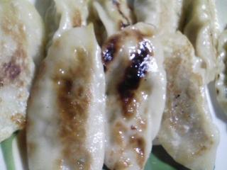 本日の晩ご飯のおかずの写真 餃子(皮は八幡さん)、タイ産トウモロコシの缶詰ベースのコーンスープなど