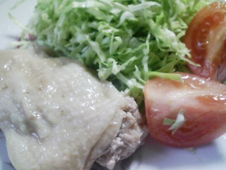 本日のお昼ご飯の写真 餅つき機の餅でチーズバター餅、蒸した鶏肉など