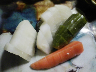 本日の晩ご飯のおかずの写真 神奈川の横須賀産青アジの塩焼き、鰹節と真サバ出汁の野菜鍋など