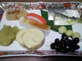 本日の朝ご飯のおかずの写真 自家製餅の雑煮、愛知産真鯛の塩焼き、お節