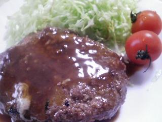 本日のお昼ご飯のおかずの写真 ハンバーグ(9割は牛肉)、ジャガイモと牛乳のスープ