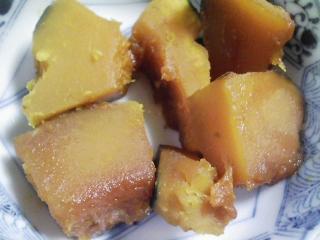 本日の朝ご飯のおかずの写真 北海道興部 鹿研さんの缶詰 ヒグマ肉の大和煮、煮干し出汁の味噌汁など