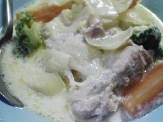 本日のお昼ご飯の写真 パン焼き器(ホームベーカリー)で自家製食パン(小麦は、北海道JA音更の強力粉)、鶏肉と野菜のミルクシチュー