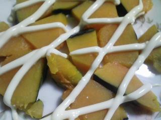 本日の朝ご飯のおかずの写真 昨晩の残りの本マグロの刺身の醤油漬け焼き、マルソウダと鰹節出汁の味噌汁など