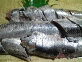 本日の晩ご飯のおかずの写真 宮城産真イワシの刺身、青アジ出汁の野菜の味噌汁など